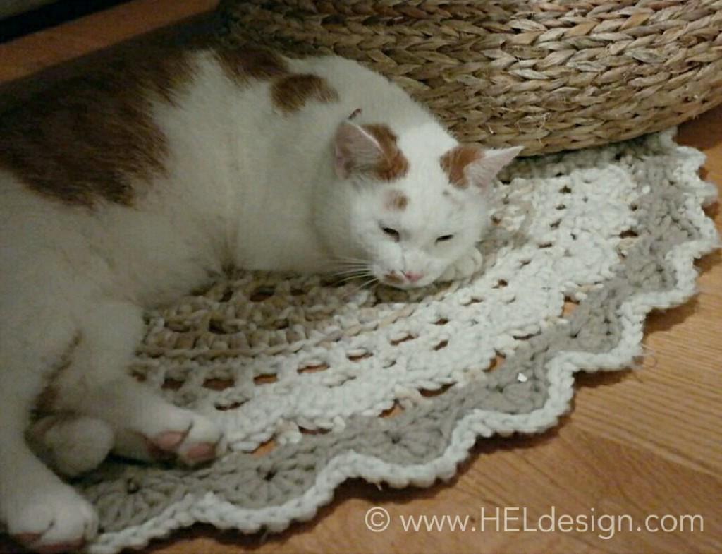 REDESIGN – Knitted sweater turned into crochet rug /// GJENBRUK – Strikket genser ble til gulvteppe